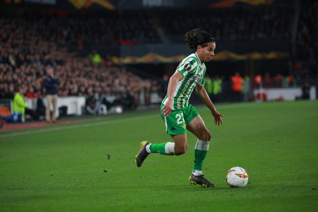 Revista France Football llama el 'Messi mexicano' a Diego Lainez