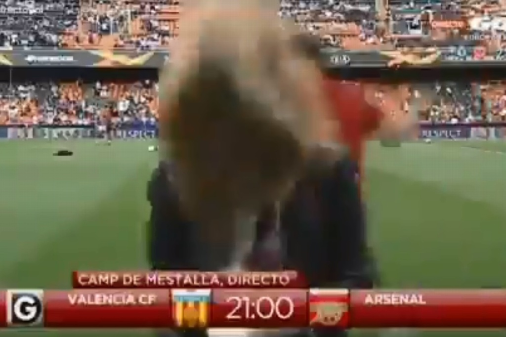 Mujer periodista recibe pelotazo en la Europa League (VIDEO)